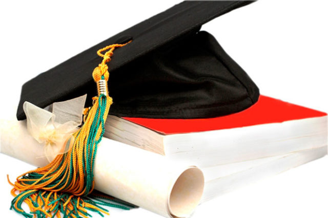 Черная шапка выпускника